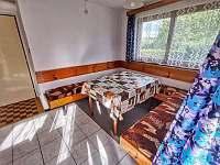 Jidelni stůl v obývací místnosti - Hracholusky