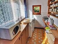 Kuchyňka, pohled z obývací místnosti - pronájem chaty Hracholusky
