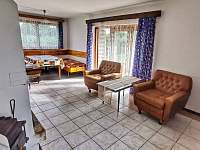 Obývací místnost, pohled od kuchyně - chata k pronajmutí Hracholusky