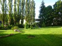 Pohled do zahrady - apartmán k pronájmu Bečov nad Teplou