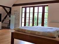 Ložnice s balkónem na zahradu - chalupa k pronájmu Krásno - Dolní Hluboká
