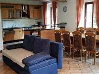 Rozkládací gauč v obývací kuchyni - chalupa k pronájmu Krásno - Dolní Hluboká