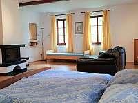Sezení s krbem v ložnici v prvním patře - Krásno - Dolní Hluboká