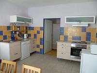 Cast kuchyne s pruhledem do loznice 1